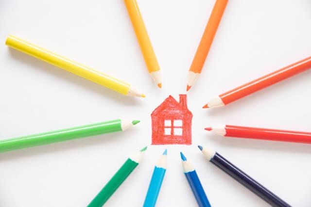 色鉛筆と家のイラスト