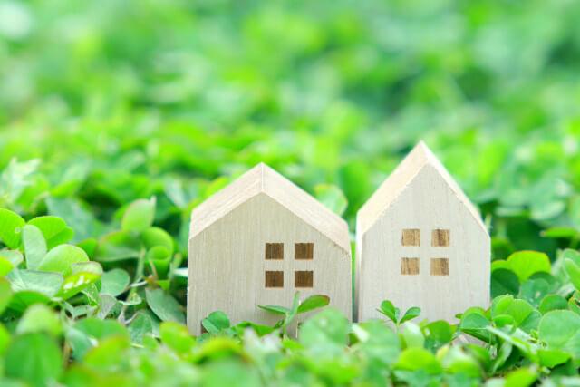 緑に囲まれたミニチュアの家