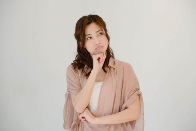 軽井沢の治安について考える女性